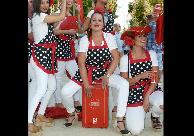 Chicas bailando alrededor del cajón flamenco Red Box en la feria de Granada 2019