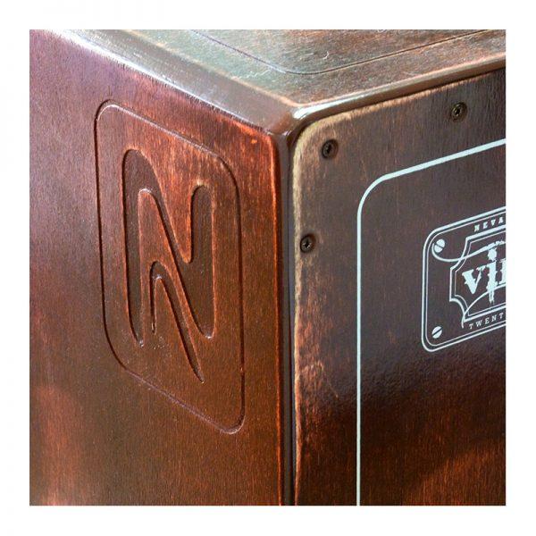 Detalle del cajón flamenco Nevada Vintage, gravado arsesanal del costado y esquina ergonómica